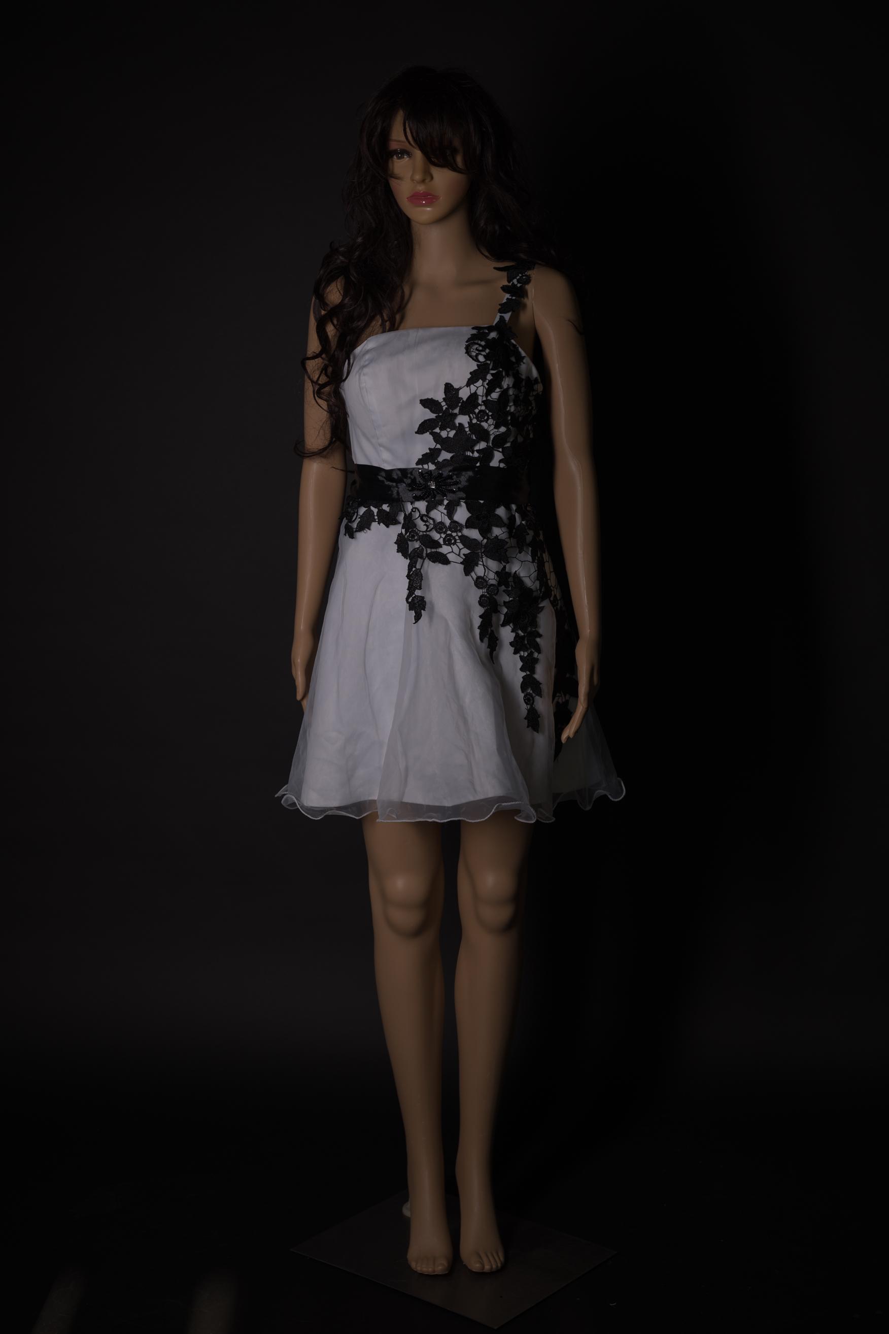 weisses Kleid mit schwarzen Applikationen