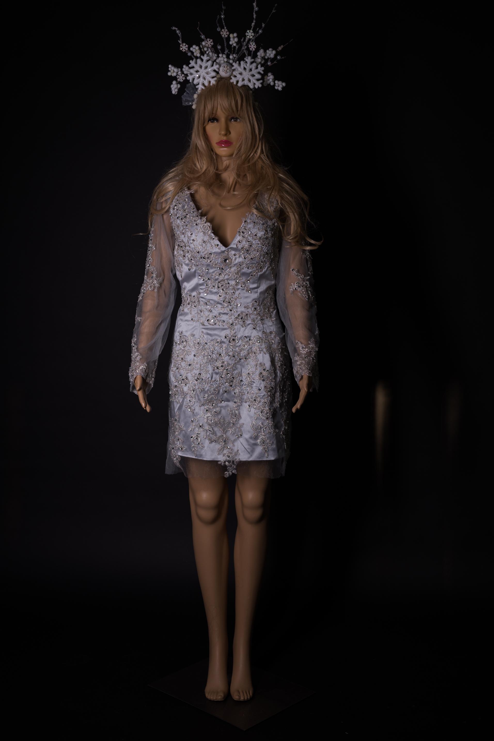 Silbergraues Kleid mit Pailleten und Spitzespplikation