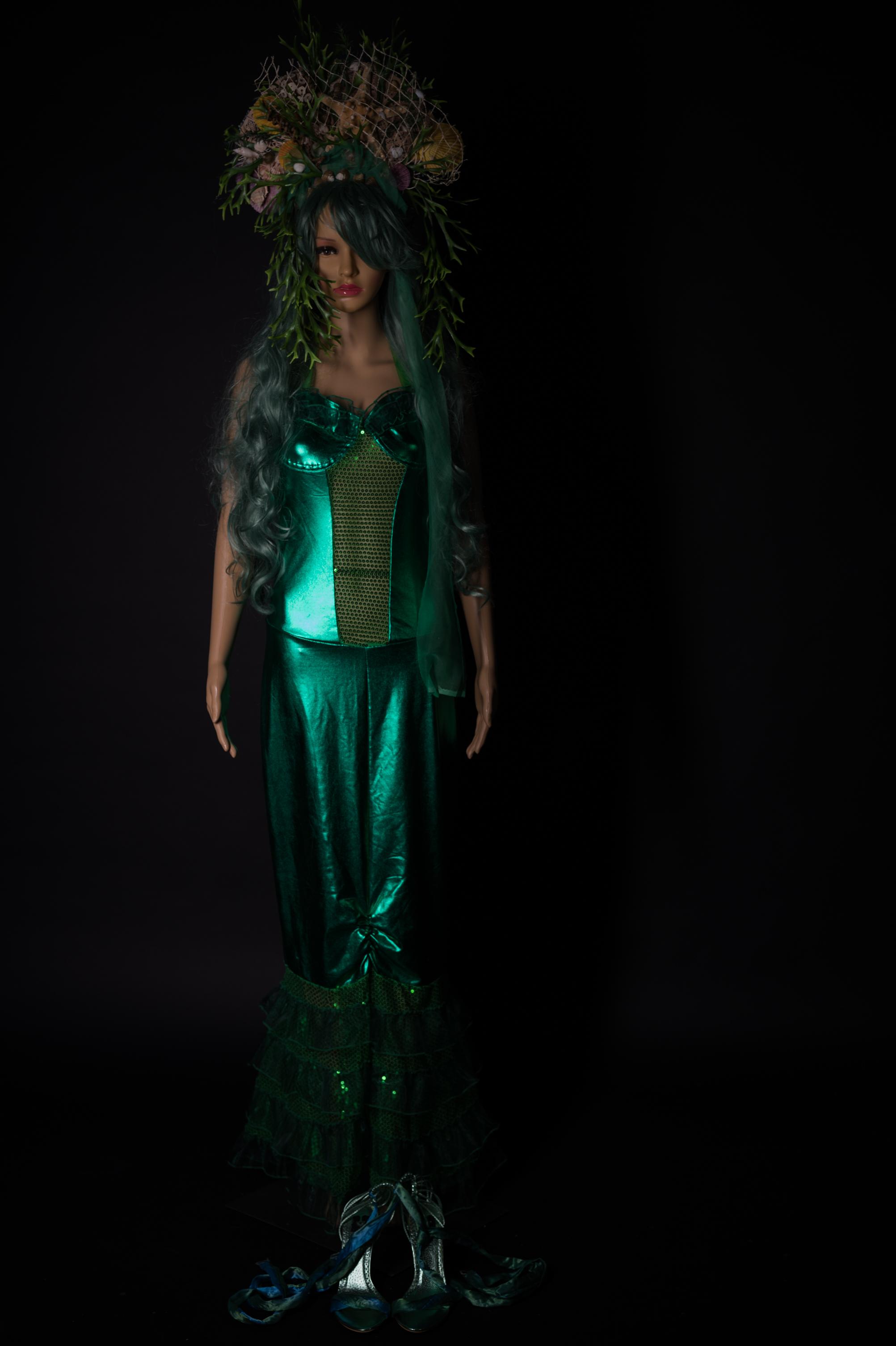 Grünes Mermaidkleid mit pssenden Kopfschmuck und Perrücke